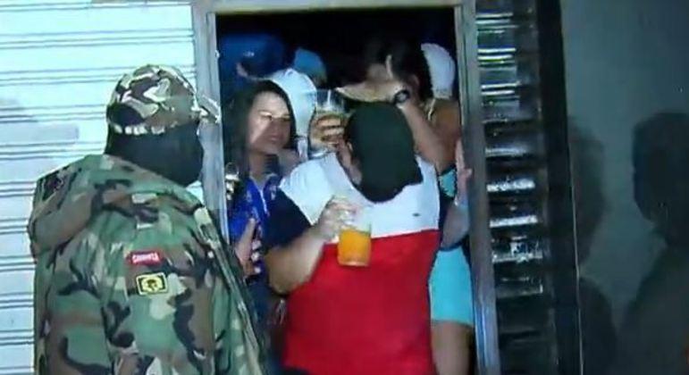 Mesmo lacrado, polícia flagrou 300 pessoas aglomeradas em bar da zona norte de SP