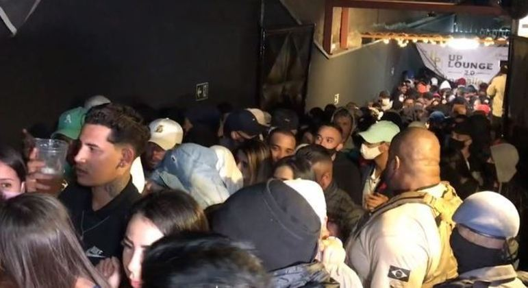 Polícia fechou tabacaria com mais de 600 jovens aglomerados na zona norte de SP