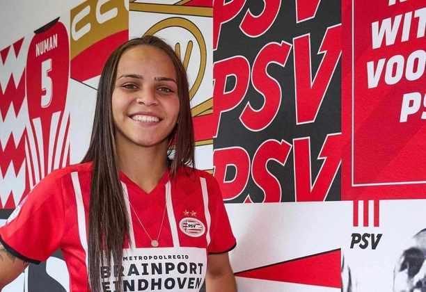 FECHADO - A atacante Letícia Ferreira acertou a saída do Fluminense para o PSV Eindhoven e foi anunciada oficialmente pelo clube holandês nesta segunda-feira. A jogadora de 20 anos será a primeira brasileira a jogar pela equipe na história e assina contrato por um ano com opção de renovação por mais um.