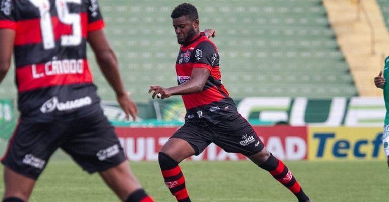 FECHADO - A lateral-esquerda do Botafogo terá um novo nome. Como o LANCE! noticiou, o Alvinegro fechou a contratação de Rafael Carioca na manhã desta quarta-feira. O defensor vai rescindir com o Vitória e assinará com o clube de General Severiano até dezembro de 2021.