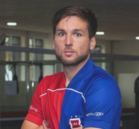 FECHADO - A queda para a Série C promete agitar os bastidores do Paraná. Nesta segunda-feira, mais um atleta se despediu do Tricolor. Trata-se do meio-campo Karl, que rescindiu o seu contrato.