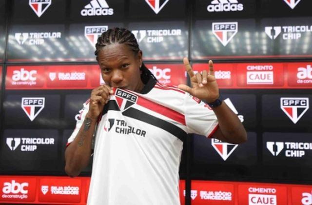 FECHADO - A volante Formiga, de 43 anos, foi apresentada nesta terça-feira (22) como a nova jogadora do São Paulo para a sequência da temporada do futebol feminino. A nova camisa oito do clube assinou contrato até o final de 2022.