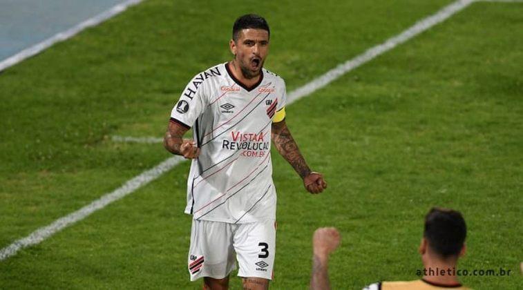 FECHADO - Aos 40 anos, o meio-campo Lucho González renovou o seu contrato com o Athletico. Agora, o jogador fica mais dois meses no clube, porém sem disputar uma partida oficial com o elenco.