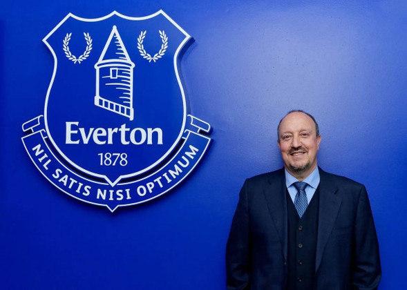 FECHADO - Após a saída do técnico Carlo Ancelotti, que foi para o Real Madrid, o Everton anunciou nesta quarta-feira seu novo treinador. Trata-se do espanhol Rafa Benítez, de 61 anos, que fez sucesso na Inglaterra comandando justamente o rival dos Toffees, o Liverpool. O Everton informou que o contrato do novo comandante será válido por três temporadas, até junho de 2024, e que ele começará a trabalhar no dia 5 de julho, quando o elenco se apresenta para a pré-temporada. Em seu site oficial, o clube também disse que a escolha por um novo nome durou três semanas.