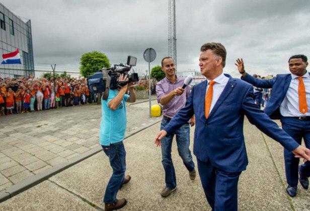 FECHADO - Após cinco anos longe dos gramados desde que foi demitido do Manchester United, o técnico Louis van Gaal foi confirmado como novo comandante da Holanda. O treinador irá dirigir a seleção até a Copa do Mundo de 2022 após a saída de Frank de Boer.