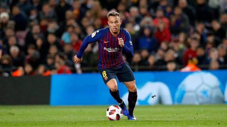 FECHADO - Após longa negociação, Arthur é oficialmente jogador da Juventus. O Barcelona confirmou em nota oficial que chegou a um acordo com os italianos pelo brasileiro. Os catalães receberão 72 milhões de euros (cerca de R$ 440 milhões), além de 10 milhões de euros (aproximadamente R$ 61 milhões) em variáveis