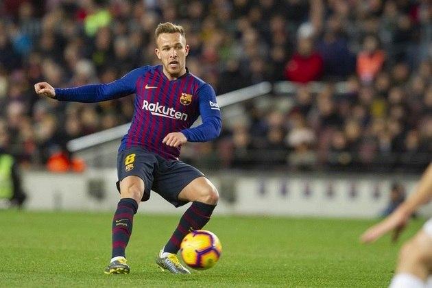 FECHADO - Após longa negociação, Arthur é oficialmente jogador da Juventus. O Barcelona confirmou em nota oficial que chegou a um acordo com os italianos pelo brasileiro. Os catalães receberão 72 milhões de euros (cerca de R$ 440 milhões), além de 10 milhões de euros (aproximadamente R$ 61 milhões) em variáveis.