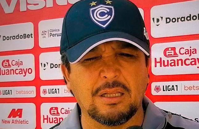 FECHADO - Após o quinto compromisso seguido sem vencer, o Cienciano, do Peru, decidiu demitir o treinador Víctor Rivera. A diretoria contratou o comandante argentino Gerardo Ameli, profissional que conhece o futebol inca por seus trabalhos recentes em UTC e Ayacucho.