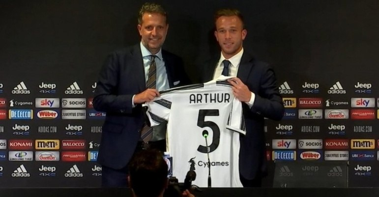 FECHADO: Arthur foi oficialmente apresentado pela Juventus. Nesta quarta-feira (2), o meio-campista brasileiro recebeu a camisa de número 5. O brasileiro custou 72 milhões de euros (cerca de R$ 458 milhões) e mais 10 milhões de euros (aproximadamente R$ 61,5 milhões) em variáveis. Ele foi incluído na negociação em que Miralem Pjanic foi para o Barcelona.