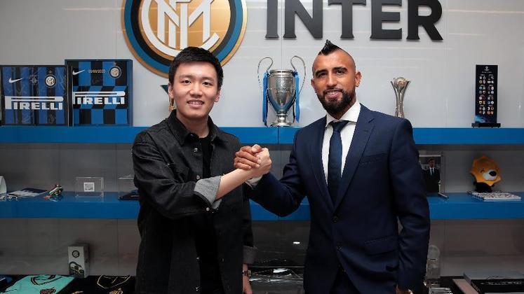 FECHADO: Arturo Vidal assinou contrato e foi anunciado oficialmente como novo reforço para a temporada da Inter de Milão através das redes sociais do clube. O chileno acordou um vínculo por dois anos com a nova equipe, enquanto os italianos pagaram apenas um milhão de euros (R$ 6 milhões) em variáveis.