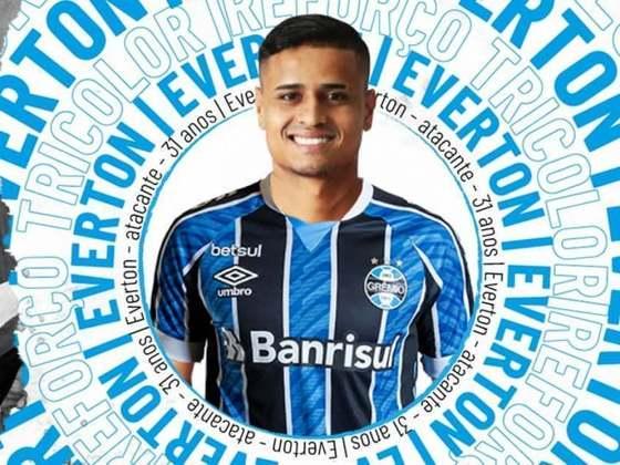 FECHADO – Através dos seus canais oficiais, o Grêmio fez o já esperado anúncio oficial da chegada do atacante Everton em transação onde Luciano foi para o São Paulo. Assim como o agora ex-atacante do Imortal fez junto a equipe paulista, Everton assinou acordo válido até dezembro de 2022.