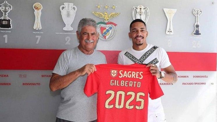 FECHADO - Benfica oficializou a contratação do lateral-direito Gilberto, ex-Fluminense, no domingo. O jogador de 27 anos chega à equipe treinada por Jorge Jesus e assina contrato válido até 2025.