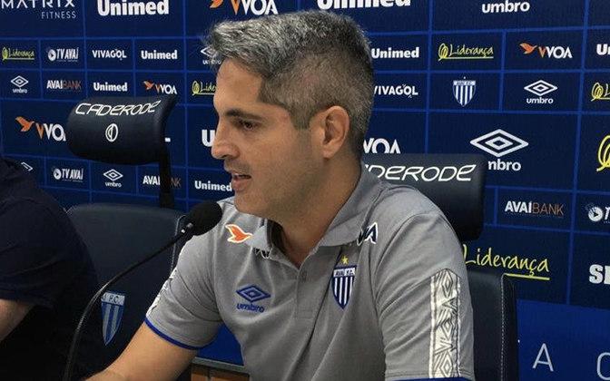 FECHADO - Com a eliminação do Avaí no Campeonato Catarinense, o clube informou, na tarde deste sábado (1º), que Rodrigo Santana não é mais técnico da equipe.