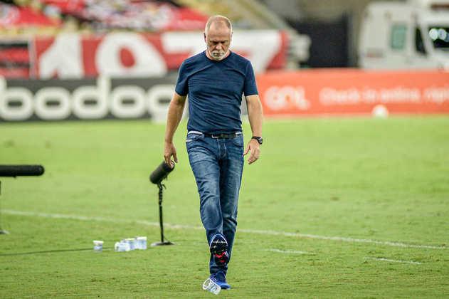 FECHADO - Contratado em abril pelo Al-Nassr, da Arábia Saudita, o técnico Mano Menezes foi demitido da equipe do Oriente Médio neste domingo. Após apenas 11 partidas, o treinador brasileiro deixa o clube com sete vitórias, um empate e três derrotas, em um aproveitamento de aproximadamente 67%.