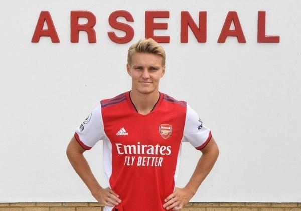 FECHADO - Depois de atuar pelo Arsenal emprestado pelo Real Madrid na segunda metade da temporada 2020/21, Martin Odegaard agora oficialmente é atleta dos Gunners. Nesta sexta-feira, o clube inglês anunciou a contratação em definitivo do jogador de 22 anos, que vestirá a camisa 8 na equipe londrina.
