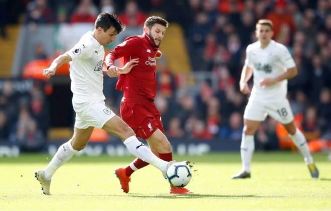 FECHADO - Depois de seis temporadas com o Liverpool, Adam Lallana não jogará mais pelos Reds. Nesta segunda-feira (27), o meio-campista foi anunciado como reforço do Brighton por três temporadas.