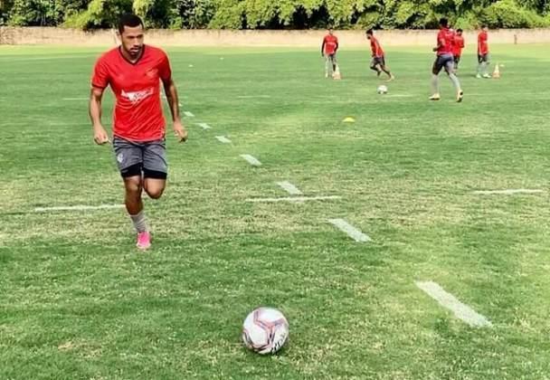 FECHADO - Depois de ter rescindido seu acordo de empréstimo junto a Chapecoense, O atacante Fabinho foi anunciado como reforço do Vitória, também em regime de empréstimo, tendo seus direitos ainda ligados ao Athletico-PR. O jogador de 21 anos de idade, aliás, já está devidamente registrado com seu novo contrato no Boletim Informativo Diário (BID) da CBF.