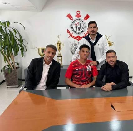 FECHADO - Destaque da base do Corinthians, o goleiro Kauê Camargo renovou o seu contrato com o clube, que ia até junho de 2022 e agora terá duração até junho de 2024. Além disso, o novo vínculo aponta uma multa rescisória de 20 milhões de euros (R$ 123,1 mi).