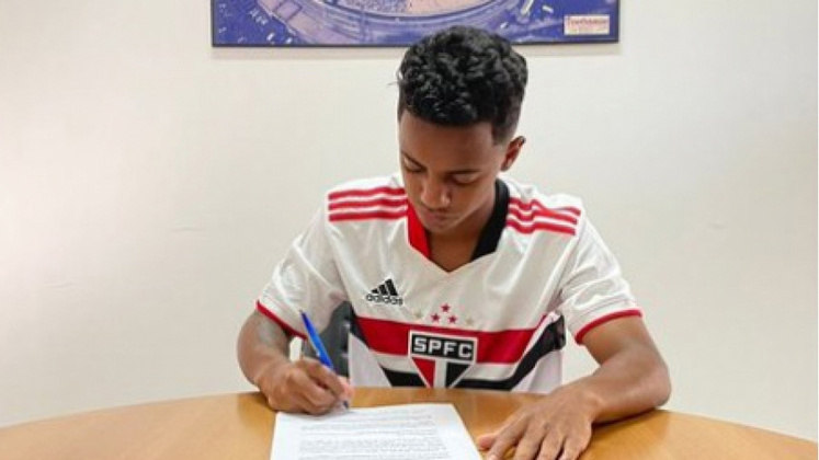 FECHADO - Destaque da categoria sub-17, o atacante Newerton acertou seu primeiro vínculo profissional com o São Paulo. Antes com contrato amador até fevereiro de 2023, ele assinou novo acordo até o final de agosto de 2024.