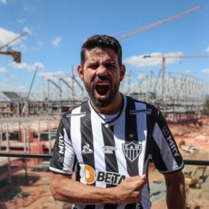 FECHADO - Diego Costa está no Galo. Ele foi apresentado oficialmente pelo Atlético-MG nesta quinta-feira, 19 de agosto. O time mineiro acertou com o atacante de 32 anos até o fim de 2022 e a expectativa é que ele faça uma dupla forte com Hulk, o grande destaque atleticano na temporada.