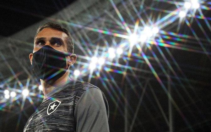 FECHADO - Durou pouco mais de um mês o comando de Bruno Lazaroni no Botafogo. Após a derrota para o Cuiabá, pelas oitavas de final da Copa do Brasil, a diretoria do Alvinegro anunciou o desligamento do técnico nesta quarta-feira após reunião realizada no Estádio Nilton Santos.