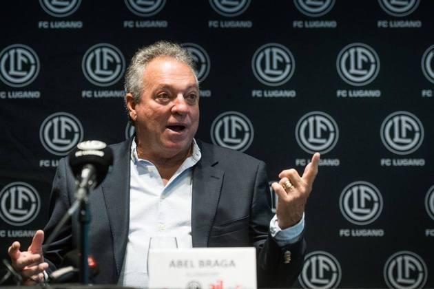 FECHADO - Enfim, após cumprir dez dias de quarentena em Milão, cidade italiana a 80Km de Lugano, Abel Braga foi apresentado oficialmente como novo técnico do clube suíço nesta quarta-feira. Ele retorna ao comando de um time europeu exatamente 20 anos depois, quando, em 2001, dirigiu o Olympique de Marseille, da França. O contrato atual é válido por um ano, com opção de mais um.