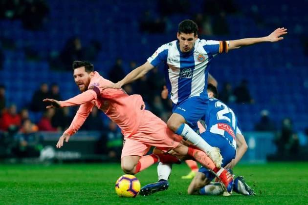 FECHADO - Fechando o mercado com quatro transferências em um dia, o Bayern contratou o jovem volante, Marc Roca, que estava no Espanyol, da Espanha.