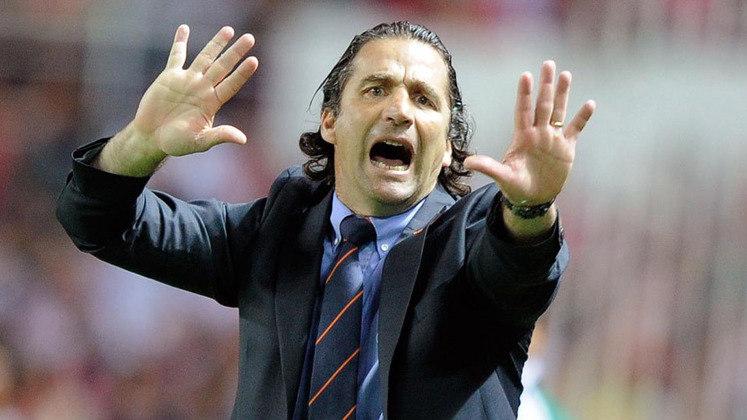 FECHADO - Fim da linha para Juan Antonio Pizzi. Após a derrota no clássico para o Independiente, o treinador foi mandado embora do Racing. Na última segunda-feira, em meio ao auge da crise, a diretoria se reuniu na sede do clube, em Avellaneda, e bateu o martelo pela sua saída.