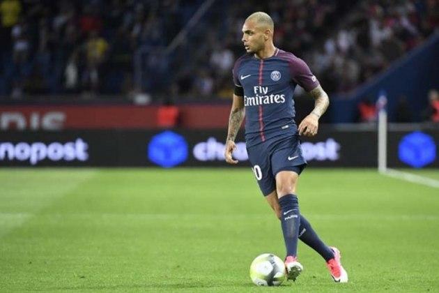 FECHADO - Layvin Kurzawa renovou com o Paris Saint-Germain por quatro anos. O vínculo do jogador terminaria no final de agosto e ele podia assinar de graça com qualquer clube.