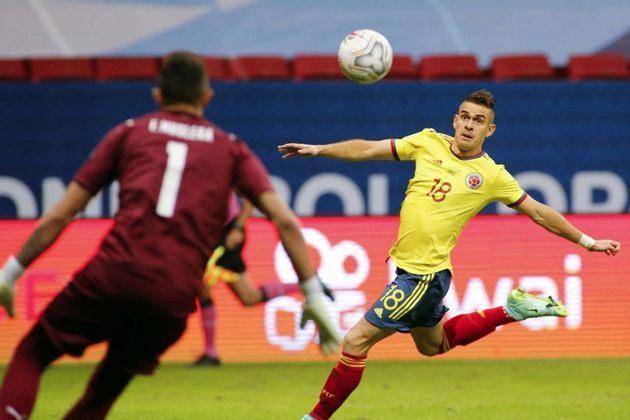 FECHADO - Livre no mercado de transferências, o atacante Rafael Borré foi anunciado oficialmente como novo reforço do Eintracht Frankfurt nesta segunda-feira. O jogador de 25 anos assinou contrato com o clube alemão por quatro temporadas, até junho de 2025.