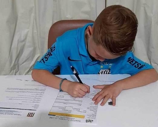 FECHADO - Lucas Teles, de apenas sete anos, mais conhecido como Lukinha, é o novo jogador das categorias de base do Santos para a equipe sub-7 de futsal. Lukinha assinou nesta semana e já está treinando online com a equipe.