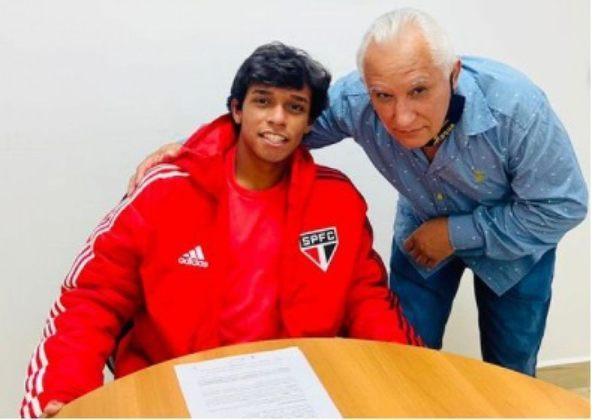 FECHADO - Luizinho, promessa do sub-17 do São Paulo, assinou primeiro contrato profissional com o Tricolor. Antes, o jogador tinha um vínculo amador válido até fevereiro de 2022, segundo o 'Esporte News Mundo'. Ponta-esquerda, o camisa dez da categoria já passou por Santos e Palmeiras na base, antes de chegar ao São Paulo em 2017.