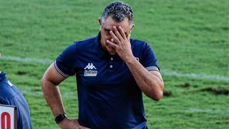 FECHADO - Marcelo Chamusca não é mais o treinador do Botafogo. Na tarde desta terça-feira, o clube anunciou a saída do técnico, bem como auxiliar técnico Caio Autuori e o preparador físico Roger Gouveia. Agora, o Alvinegro irá ao mercado em busca de um novo comandante que possa cumprir o objetivo principal, que é conquistar o acesso para a primeira divisão.