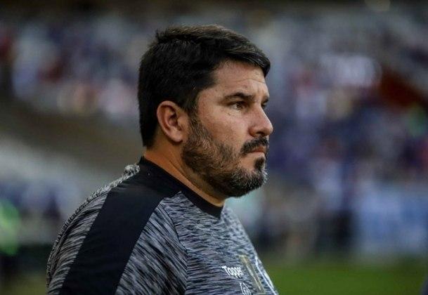 FECHADO -Na mesma nota em que comunicou a saída de Ramón Diaz, o Botafogo anunciou a volta do treinador Eduardo Barroca ao clube. O comandante, que estava no Vitória, retorna ao profissional de General Severiano , cujo comandou em 2019.