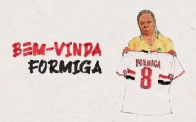 FECHADO - Na noite desta segunda-feira (7), o São Paulo anunciou, através de suas redes sociais, a volta da histórica jogadora de futebol Formiga. Em um vídeo publicado nas contas do clube, a jogadora conta um pouco de sua trajetória e anuncia estar de volta à sua casa. Formiga foi revelada pelo São Paulo, em 1993, fazendo parte da primeira equipe do Tricolor na modalidade. A volante e meia de 43 anos quebrou diversos recordes em sua carreira, não apenas no feminino.