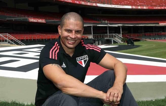 FECHADO - Na tarde desta segunda-feira (5), o São Paulo oficializou e apresentou Alex como novo técnico do Sub-20 do Tricolor. O ex-jogador assinou contrato válido por duas temporadas e terá como auxiliar-técnico PC Oliveira, que foi campeão mundial de futsal em 2008 com a Seleção Brasileira.