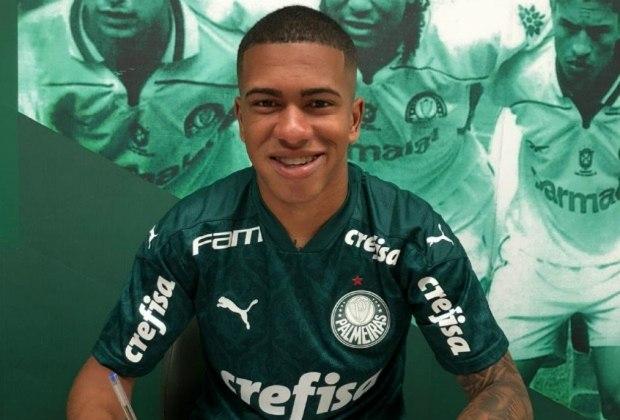 FECHADO: Nesta quarta-feira, o Palmeiras assinou a renovação de contrato de mais um jogador recém-promovido das categorias de base. Depois do volante Gabriel Menino e do atacante Wesley, foi a vez do lateral-esquerdo Lucas Esteves que, como seus colegas, ampliaram seu vínculo até o final de 2024.
