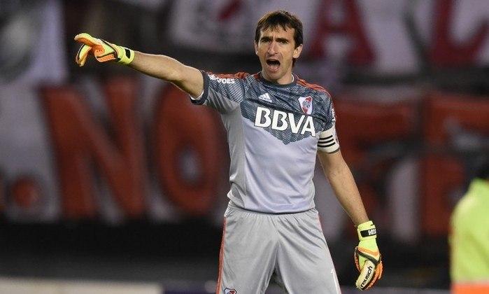 FECHADO - Nos últimos dias, o goleiro Marcelo Barovero anunciou que não iria renovar o seu contrato com o Monterrey. Nesta terça-feira, o novo destino do camisa 1 campeão da Libertadores com o River Plate foi revelado. Trata-se do Burgos, clube que disputa a Segunda Divisão do futebol espanhol.