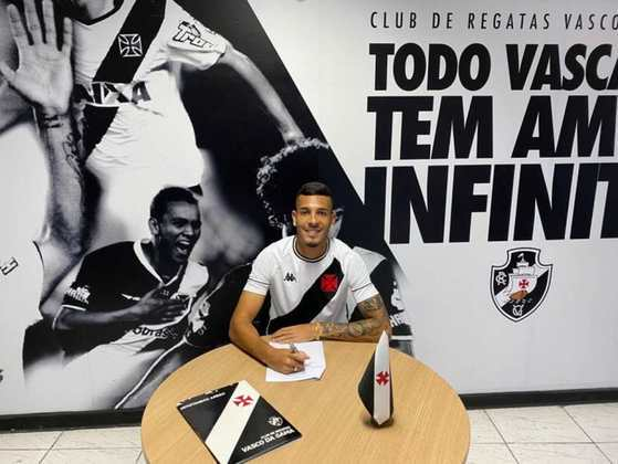 FECHADO - Nos últimos meses, o Vasco tem renovado com alguns dos talentos de sua base. Com isso, o zagueiro Zé Vitor, de 19 anos, estendeu seu contrato até janeiro de 2024. O defensor, que chegou ao clube em 2020, participou dos títulos do Carioca e da Copa do Brasil na temporada passada, e agradou.