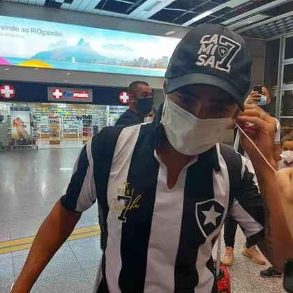 FECHADO - Novo reforço do Botafogo para a sequência da Série B, Rafael desembarcou no Rio de Janeiro na madrugada desta sexta-feira. O jogador, que receberá o número 7 do Glorioso, já vestia a camisa alvinegra em sua chegada ao Aeroporto Antônio Carlos Jobim.