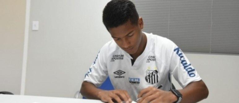 FECHADO - O atacante Ângelo Gabriel, de 15 anos, assinou na tarde desta sexta-feira (23) um pré-contrato profissional com o Santos. O atleta fez na última quinta-feira (22) seu primeiro treino com o elenco profissional do Peixe e está à disposição do técnico Cuca para a partida deste domingo (25), contra o Fluminense.
