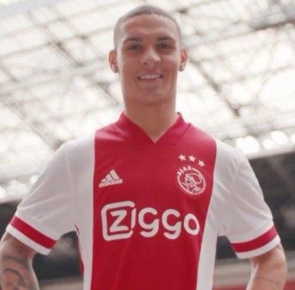 FECHADO - O atacante Antony, ex-São Paulo, foi oficialmente apresentado no Ajax nesta segunda-feira (27). Contratado pelo clube holandês em fevereiro, após o término da janela de transferências europeias, o jogador ficou no São Paulo até o meio do ano.