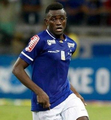 FECHADO - O atacante camaronês Joel Tagueu não é mais jogador do Cruzeiro. Seu contrato com a Raposa se encerrou no sábado, 13 de junho. Joel não estava no elenco celeste, pois estava emprestado ao Marítimo, de Portugal.