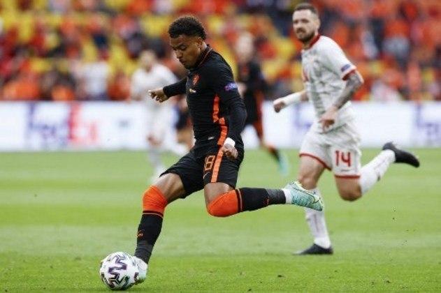FECHADO - O atacante Donnyel Malen já participa dos treinamentos de pré-temporada com o Borussia Dortmund, embora o clube não tenha anunciado oficialmente a contratação do jovem holandês. O atleta de 22 anos chega para repor a saída de Jadon Sancho para o Manchester United.