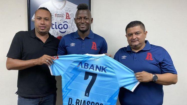 FECHADO - O atacante Duvier Riascos está de casa nova. Aos 35 anos, o colombiano que jogou no Brasil por Cruzeiro e Vasco foi apresentado pelo Alianza FC, da primeira divisão de El Salvador.