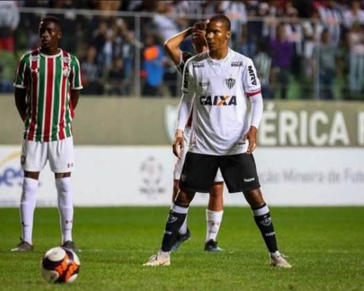 FECHADO - O atacante Guilherme Santos, cria da base do Atlético-MG, está sendo negociado com o Vitória-BA por empréstimo até o fim do ano. Assim, o jovem jogador, de 19 anos, ficará no clube baiano para a disputa da Série B 2021.  Guilherme irá para o Vitória em uma composição feita pelos dois clubes, que cedeu o jogador ao Rubro-Negro,enquanto o Galo receberá Ruan Nascimento, que inicialmente, reforçará o time sub-20 e também ficará no alvinegro por empréstimo.