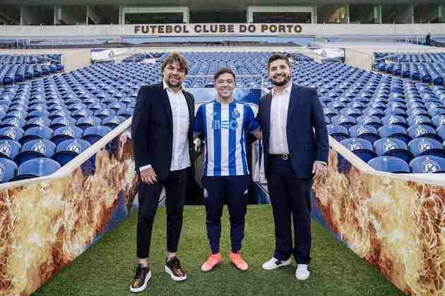 FECHADO - O atacante Pepê foi oficialmente apresentado pelo FC Porto como o mais novo reforço para a temporada 2021/2022. Ex-Grêmio, o jogador esteve ao lado dos agentes Adriano Spadoto e Erick Pallazzi na tarde da última quarta-feira (07) para conhecer as instalações dos Azuis e o Estádio do Dragão.