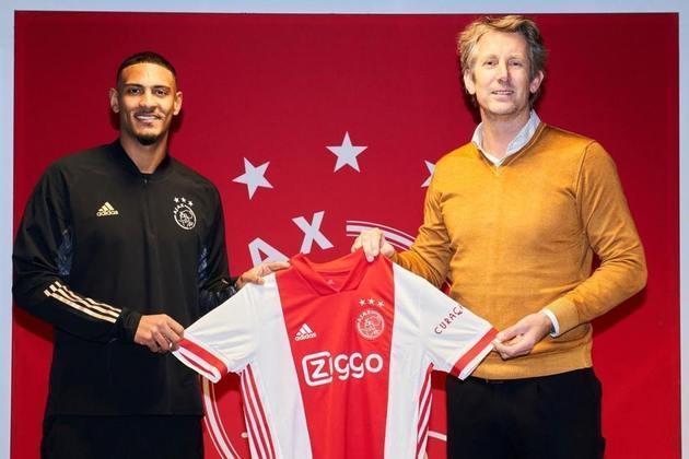 FECHADO - O atacante Sébastien Haller, ex-West Ham, oficializou nesta sexta-feira a sua chegada ao Ajax. Os holandeses pagaram 33,5 milhões de euros pelo atacante, que fica no clube até junho de 2025.