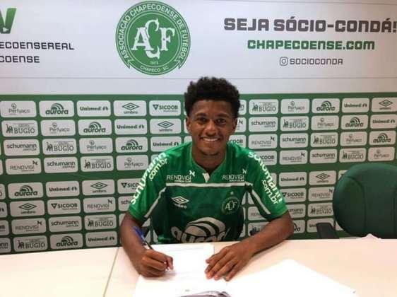 FECHADO - O atacante Thiaguinho acertou sua chegada para a equipe Sub-20 da Chapecoense na tarde da última quarta-feira (5). O jogador de apenas 20 anos de idade, agora, tem contrato com o clube do oeste catarinense até 30 de janeiro de 2022.