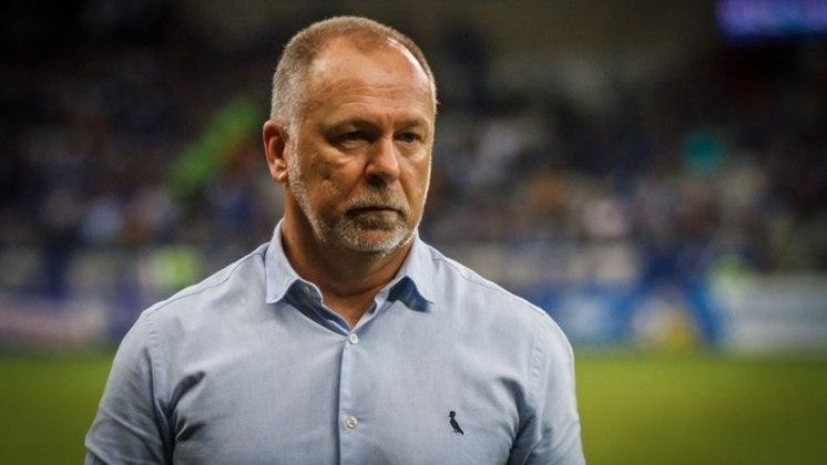 FECHADO: O Bahia oficializou a contratação do técnico Mano Menezes. Ele estava sem clube desde que deixou o Palmeiras, em 2019, e chega no Tricolor de Aço após a demissão de Roger Machado.